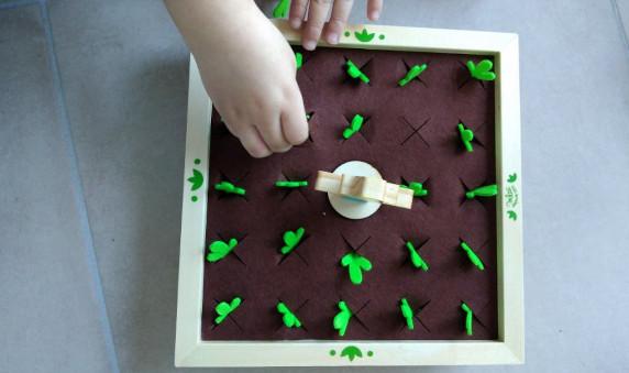 enfant jouant au mémotager